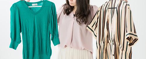 買取に出す洋服を持つ女性