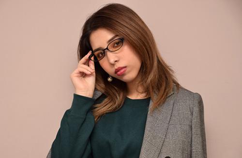 買取のメリットを考える女性