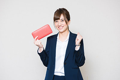 財布を買取に出す女性